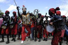 O Príncipe dos Lambe-Sujos faz evoluções que remetem à batalha que acontece no final do dia e é o ponto alto da festa. Foto: Lucio Telles.