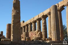 Vallei dei Temple Agrigento A Unesco world heritage site Heritage Site, Brooklyn Bridge, Cool Places To Visit, Trekking, Museum, Europe, World, City, Travel