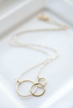Gold circle necklace - three gold interlocking rings make a simple everyday necklace by Belleza Mia Jewelry - handmade personalized jewelry for moms   Pin for later!
