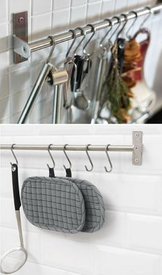 Hooks for easy hanging accessories, utensils, tea towels at the credence bar. Useful and practical for optimizing the space in a small kitchen and avoid overloading cupboards, drawers or cluttering the worktop.