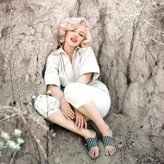 Marilyn Monroe photographed by Milton Greene, The Rock Sitting, Laurel Canyon, September Marylin Monroe, Marilyn Monroe Photos, Old Hollywood Glamour, Golden Age Of Hollywood, Vintage Hollywood, Classic Hollywood, Hollywood Stars, Gentlemen Prefer Blondes, Joe Dimaggio