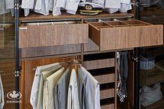 Akcesoria do szaf / piękne orzechowe szuflady z wewnętrzną organizacją / wieszak na spodnie / wieszak na krawaty i paski Komandor / oświetlenie LED