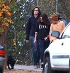 Kristen Stewart foi fotografada na sexta-feira (25) com as amigas Alicia, Alannah, Christina Perry (que não saiu nas fotos) e seu novo cãozinho, comprando abóboras para o Halloween em Los Angeles. A gente viu aqui algumas fotos desse momento, mas trazemos mais imagens agora:
