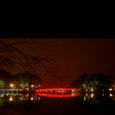 Hoan Kiem Lake on a Friday night, Há Nôi, Viet Nam