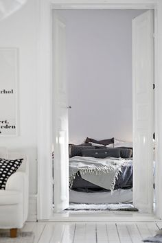 White wooden floors, the strong presence of vintage furniture and decor details, added with modern and elegant design elements, is the combination that creates Scandinavian Interior Design, Design Interior, White Wooden Floor, Wooden Flooring, Home Decor Inspiration, Vintage Furniture, Interior Styling, Design Elements, Modern