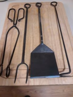 Hand forged steel barbecue set includes pigtail hooh, fork, tongs, and spatula. Hand Forged by Mike Scandiffio Blacksmith Projects, Welding Projects, Barbecue Design, Metal Art Sculpture, Bbq Tools, Rocket Stoves, Homemade Tools, Forged Steel, Iron Work