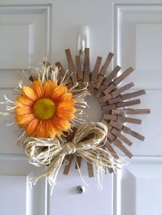 Resultado de imagem para how to make a clothespin wreath Summer Crafts, Fall Crafts, Holiday Crafts, Diy And Crafts, Arts And Crafts, Fall Wreaths, Mesh Wreaths, Christmas Wreaths, Wreath Crafts