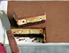 Συνταγή για ένα υπέροχο και λαχταριστό γλυκό ψυγείου με καραμέλα, σοκολάτα μπισκότο αλλά και φουντούκια που θα λατρέψετε σε κάθε μπουκιά του!