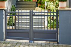 Gardenplaza: Aluminiumzäune - Zäune aus Aluminium passen sich jeder Herausforderung an (Foto: epr/Zaunzar) Divider, Outdoor Structures, Exterior, Gates, Furniture, Home Decor, Aluminum Fence, Metal Fence, Wood Stone