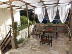 Terrasse Pergola Metallstühle Sichtschutz