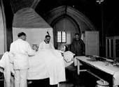 Le médecin officiant à l'infirmerie - 1930.
