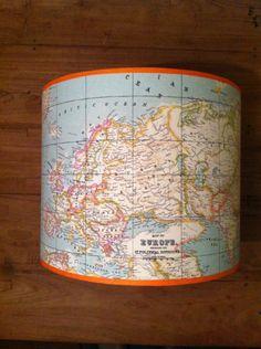 Deze lampenkap maakte ik voor een jongenskamer. Zachte kleuren maar toch stoer door de oranje bies.