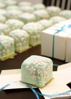 Pale green petits fours Japanese Sweets, Japanese Wagashi, Japanese Candy, Japanese Food, Mini Cakes, Cupcake Cakes, Cake Cookies, Fruit Cakes, Desserts Japonais