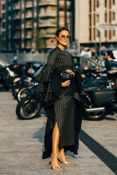Milan Fashion Week Street Style Is Filled With a Whole Lot of Fendi and Prada Street Style Chic, Milan Fashion Week Street Style, Street Style Trends, Spring Street Style, Milan Fashion Weeks, Paris Fashion, Fast Fashion, Look Fashion, Fashion Outfits