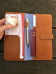 Alle Reisedokumente in einem! Du liebst es organisiert zu sein? Der Sommer kommt und mit dem Sommer kommt die Reisezeit. Der Travelorganizer bietet genug Platz für deine Reisedokumente. Shopper, Mini, Passport, Accessories, Pocket Wallet, Viajes, Gifts