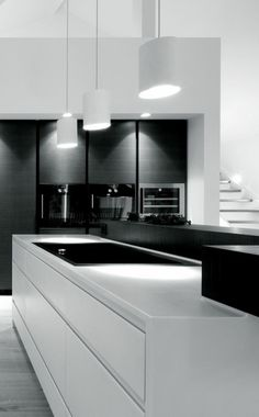 Black and white - modern kitchen design, which scores with contrasts. // Black and white - modernes Küchen-Design, welches durch Kontraste punktet. Interior Design Minimalist, Modern Kitchen Design, Interior Design Kitchen, Interior Modern, Interior Office, Modern Interiors, Luxury Interior, Modern Design, Kitchen Lighting Design