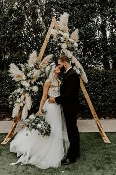 Bohemian sage green wedding with a geometric pampas grass background .- Bohemian Sage Green Wedding with a Geometric Pampas Grass Background – Pampas Grass Wedding Ideas Photo shooting decoration ideas Wedding Ideas Small Budget, Budget Wedding, Cool Wedding Ideas, Wedding Details, Fall Wedding, Dream Wedding, Wedding Bride, Trendy Wedding, Elegant Wedding