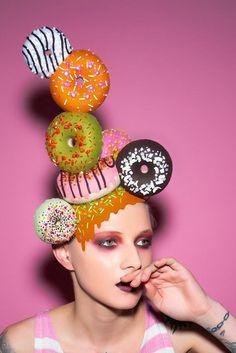 Another ace hat - Top MakeUp Trends 2020 Costume Bonbon, Donut Costume, Headdress, Headpiece, Makeup Trends, Candy Costumes, Crazy Hats, Kentucky Derby Hats, Crazy Makeup