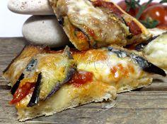 La Pizza alla parmigiana ha un gusto deciso e saporito, come le melanzane. Preparata secondo tradizione: lievito madre, melanzana, mozzarella e parmigiano.