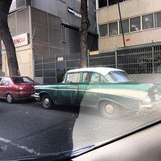 Stupid glare #chivera #soloparking #morninautos #caracas #classiccar #oldtimer #stillgoing #fins #chevy #chevrolet #chevybelair (at Clínica Santiago de León)