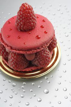 Grain de framboise : un biscuit macaron et des fruits frais
