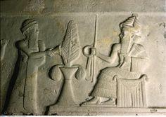 Fragment de stèle : investiture du roi sumérien Ur-Nammu, vers 2100 av JC  The (Sumerian) Tree of Life between Ur-Namma (left) and Enlil (right), ca 2100 BC