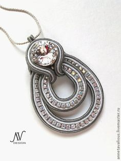 Soutache from Russia Soutache Pendant, Soutache Necklace, Diy Necklace, Tutorial Soutache, Handmade Necklaces, Handmade Jewelry, Ideas Joyería, Jewelry Accessories, Jewelry Design
