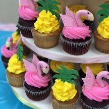 Flamingo and Pineapple Cupcakes - Pin Tropical Cupcakes, Flamingo Cupcakes, Pineapple Cupcakes, Summer Cupcakes, Tropical Party, Hawaiian Cupcakes, Cupcake Party, Party Cakes, Luau Birthday Cupcakes