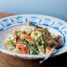 Pasta con salmón y espárragos trigueros