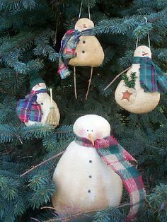 Primitive Christmas Decorations To Make Christmas Fabric Crafts, Snowman Christmas Ornaments, Snowman Crafts, Primitive Christmas, Felt Christmas, Holiday Crafts, Holiday Fun, Primitive Snowmen, Primitive Crafts