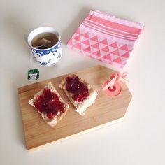 Een goed begin van de dag: gebruik onze vrolijke serveerplank niet alleen voor hapjes maar ook voor het ontbijt.