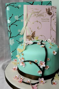 I love the flower details on this cake.  I think I found it on Cake Wrecks, but I no longer have the original source link so I can't say for sure.
