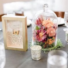 Whimsical secret garden centerpieces with deep pink and coral-colored flowers and moss. Coral Wedding Decorations, Table Decorations, Ideas Para Organizar, Estilo Boho, Coral Color, Color Combos, Tablescapes, Rustic Wedding, Whimsical