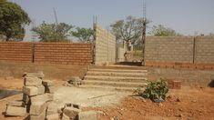 Neubau eines Berufsschulzentrums in Bassar in Togo. Zugang des ersten Schülerpavillons. Atrium, Wood, Photovoltaic Systems, Square Floor Plans, Blue Houses, Construction Materials, Madeira, Woodwind Instrument, Wood Planks
