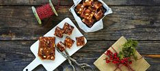 Karpalo-mantelitoffee Almond Toffee, Cranberry Almond, Sugar Free, Food Photography, Cheese, Candy, Baking, Sweet, Desserts