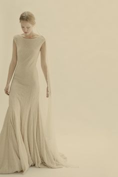 Vestidos de ntovia | Diseño trajes de novia | Cortana. I have always loved this silhouette.