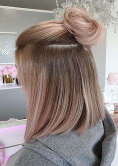 The best ever combinations of rose gold hair cuts with top bun styles to show off for more glamorous look. If you are going to celebrate any special party then must wear this modern hair color and style in year Casual Hairstyles, Modern Hairstyles, Bun Hairstyles, Updo Hairstyle, Rose Gold Hair Blonde, Blonde Hair, Updo Styles, Long Hair Styles, Top Bun