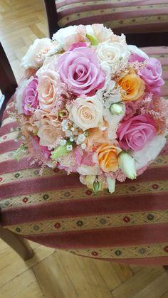 Gömb menyasszonyi csokor pasztellszínekből rózsával, rezgővel tavaszi, nyári esküvőre. Imádjuk a vidám romantikáját! Neked is szívesen készítünk virágot az esküvődre. Nézd meg korábbi munkáinkat itt: http://eskuvoidekor.com/viragdekoracio