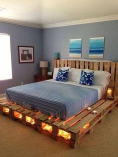 O estrado e a cabeceira da cama são feitas de pallets