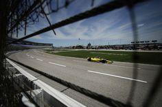 El brasilero Tony Kanaan maneja durante la sesión de práctica para la IndyCar en Texas, Estados Unidos. (AP)