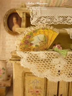 Éventail miniature victorien XIXe jaune, Frise de roses, Pompon vert, Boudoir français, Accessoire pour maison de poupée à l'échelle 1/12 by AtelierMiniature on Etsy