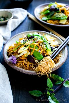Thai Ginger and Garlic Noodle Bowl; A gingery, garlicky stir fry loaded with blanched snow peas, fresh carrots, cabbage and mushrooms swimming in a umami filled sauce. Vegan + Gluten Free Caffeine Addiction, Coffee Recipes, Healthy Recipes, Ethnic Recipes, Japchae, Food, Korean, Health Recipes, Korean Language