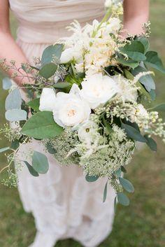 White and green garden bridal bouquet | LH Photography | see more on:   http://burnettsboards.com/2015/04/vintage-glam-wedding/