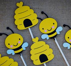Bumble Bee Birthday Party Centerpiece, Bee Baby Shower, Mommy To Bee Cupcake Toppers, What will it Be Gender Reveal Hummel-Geburtstagsfeier-Mittelstück-Biene durch Cutiepiepartyshoptoo Penguin Birthday, Penguin Party, Birthday Tags, Glitter Birthday, Birthday Parties, Mothers Day Crafts For Kids, Summer Crafts For Kids, Bumble Bee Cupcakes, Decoration Photo