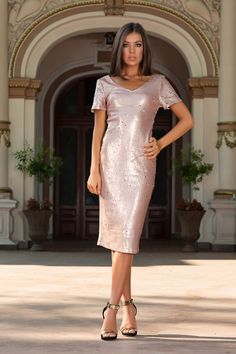 This dazzling soft bridesmaid dress features allover shimmering sequins to create the perfect party sparkle. Sexy bodycon fit and subtle v-neck cut with short sleeves. Just add simple jewellery and heels for an elegant evening outfit. Pink Sequin Dress, Sequin Bridesmaid Dresses, White Dress, Evening Outfits, Retro Look, Dress Collection, Dresses Online, Designer Dresses, Perfect Party