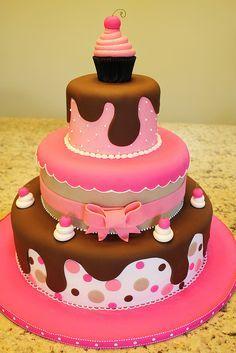 Torta en tonos rosa y cafe de 3 pisos y doble altura