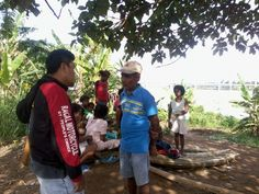 Pastor Marven talking to a native in the town of General Nakar