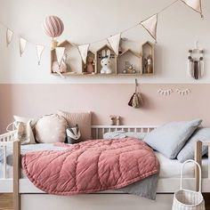 Neues Jahr, neues Glück, neues Kinderzimmer - Mini & Stil Well then good night ⭐️ I hope you had a nice day Oh and don't forget to take part in my current raffle (post from yesterday). Deco Kids, Kids Room Design, Room Kids, Child Room, Scandinavian Home, Scandinavian Shelves, Little Girl Rooms, Girls Bedroom, Childs Bedroom