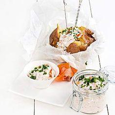 Muheva uuniperuna 1. Pese perunat ja tee niiden pintaan ristiviilto terävällä veitsellä. Kääri perunat leivinpaperiin ja folioon. Kypsennä 200-asteisessa uunissa noin tunti. 2. Sekoita tuorejuusto ja savulohi tehosekoittimessa. Lisää mausteet. 3. Ota peruna uunista, avaa kääre ja purista, jotta perunaan s… Wine Recipes, Feta, Tapas, Potatoes, Yummy Food, Cheese, Cooking, Baking Center, Potato