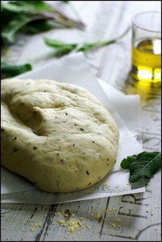 Pâte à pizza (à la sauge fraîche ou non) à la main ou au robot 2 pizzas de 25-30 cm 20 g de sucre 8 g de levure sèche de boulanger (ou 15 g de levure fraîche) 440 g de farine 245 ml d'eau tiède 4 cs d'huile d'olive 3/4 cc rase de sel 2 cs de sauge fraîche (ou basilic humm)